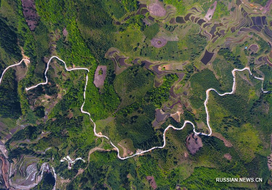 Строительство шоссейных дорог в бедных горных районах уезда Жуншуй