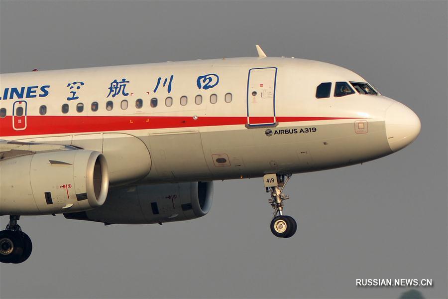 Самолет китайской авиакомпании совершил экстренную посадку из-за разбившегося в кабине  пилотов стекла, два члена экипажа пострадали