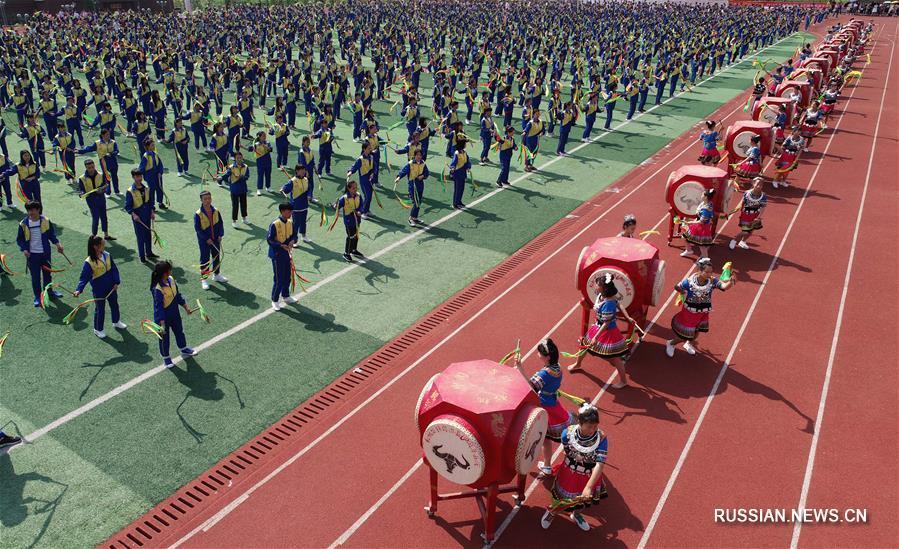 Занятия по мяоскому танцу хуагу в школах уезда Сунтао