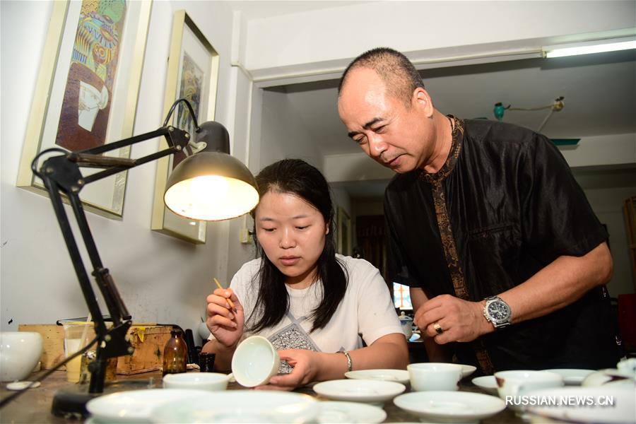 "Тань Гуанхуэй -- мастер гуанчжоуского расписного фарфора ""чжицзинь"""