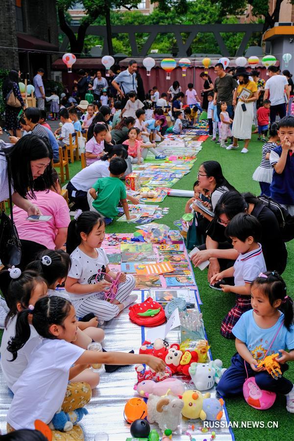"""""""Зеленый блошиный рынок"""" в одном из детсадов Ханчжоу"""