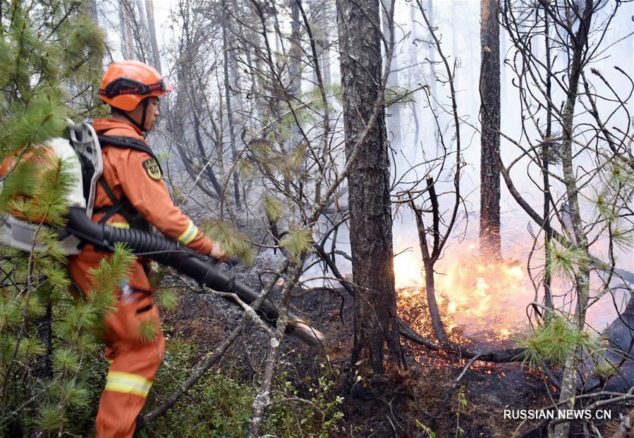 В горах Большой Хинган продолжается борьба с лесным пожаром