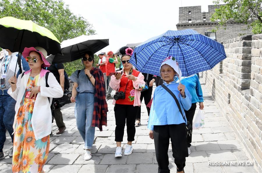 Пиковый наплыв туристов на участке Бадалин Великой Китайской стены