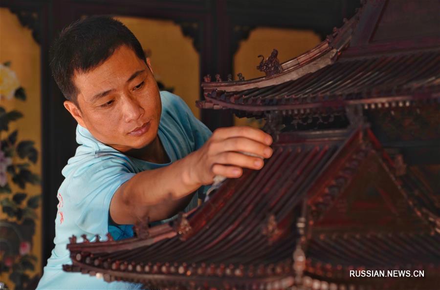 Столяры-краснодеревщики из уезда Дачэн создали миникопию угловой башни Гугуна