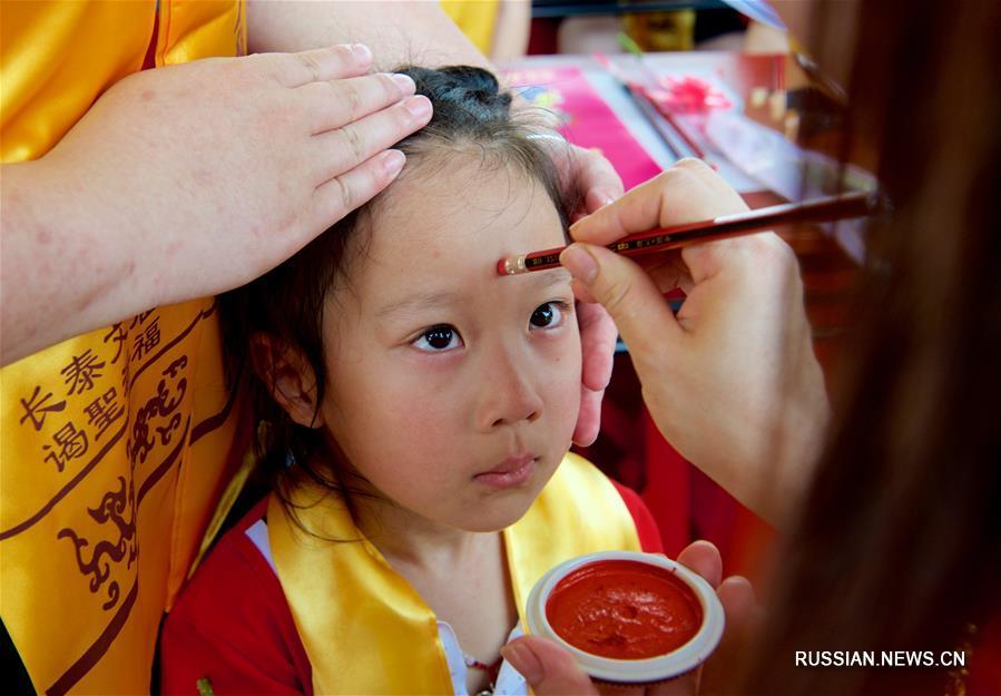 Традиционная церемония начала обучения в одном из детсадов уезда Чантай