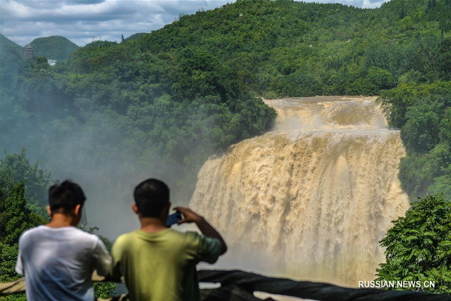 Объем воды в водопаде Хуангошу достиг максимума