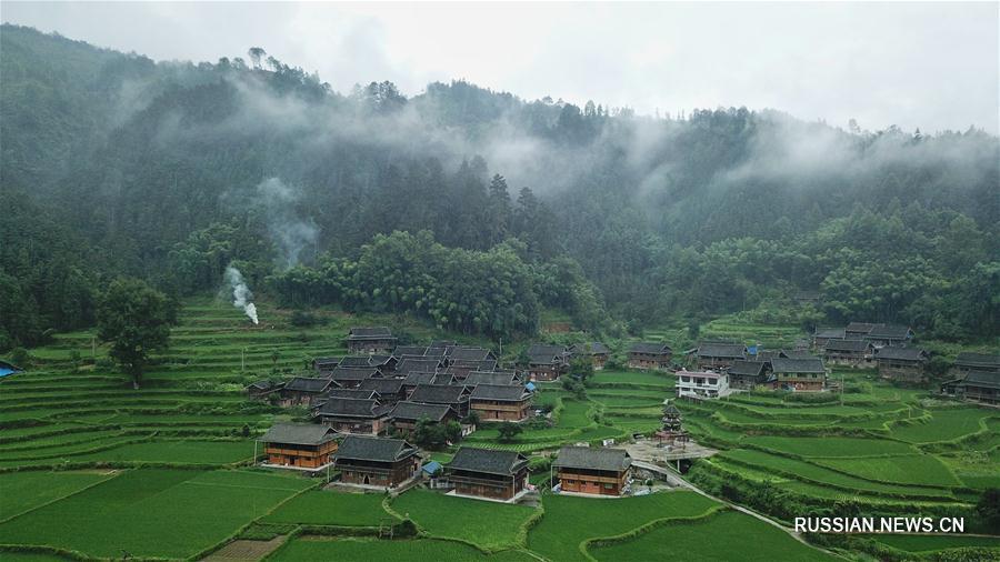 Пелена дождя над дунскими деревнями уезда Жунцзян
