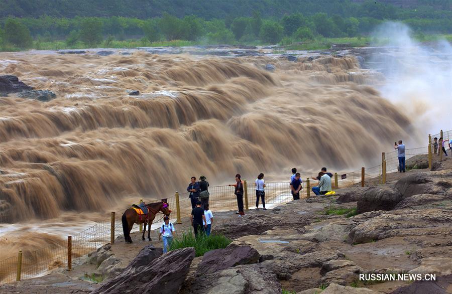 На водопаде Хукоу увеличился сток воды и появились множественные водопады