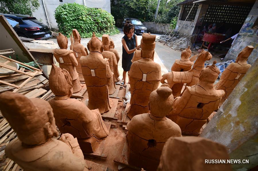 Молодая супружеская пара мастеров глиняной скульптуры из поселка Дайси