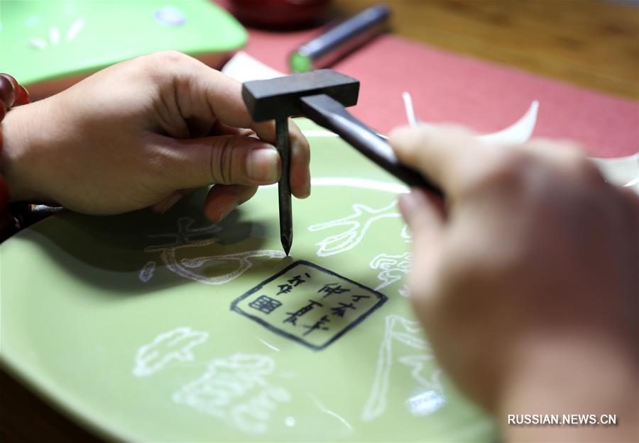 Мастер реставрации фарфоровых изделий Ли Цзюньхан