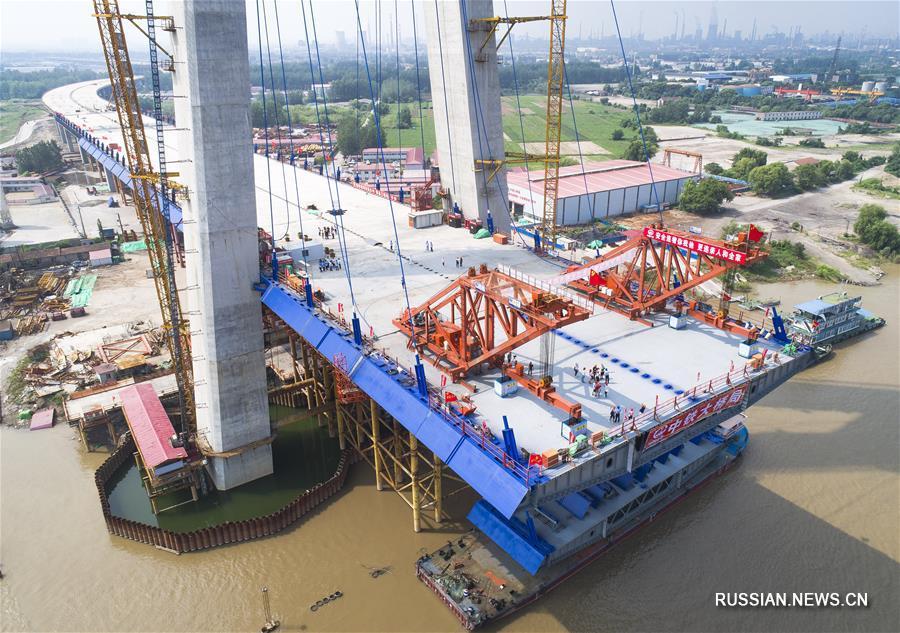 """В Ухане установлена первая стальная балка основного пролета большого моста """"Циншань"""" через Янцзы"""