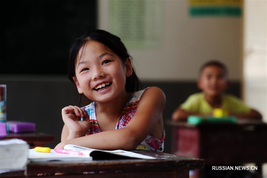 """Начало занятий в одной из горных """"микрошкол"""" на юго-западе Китая"""