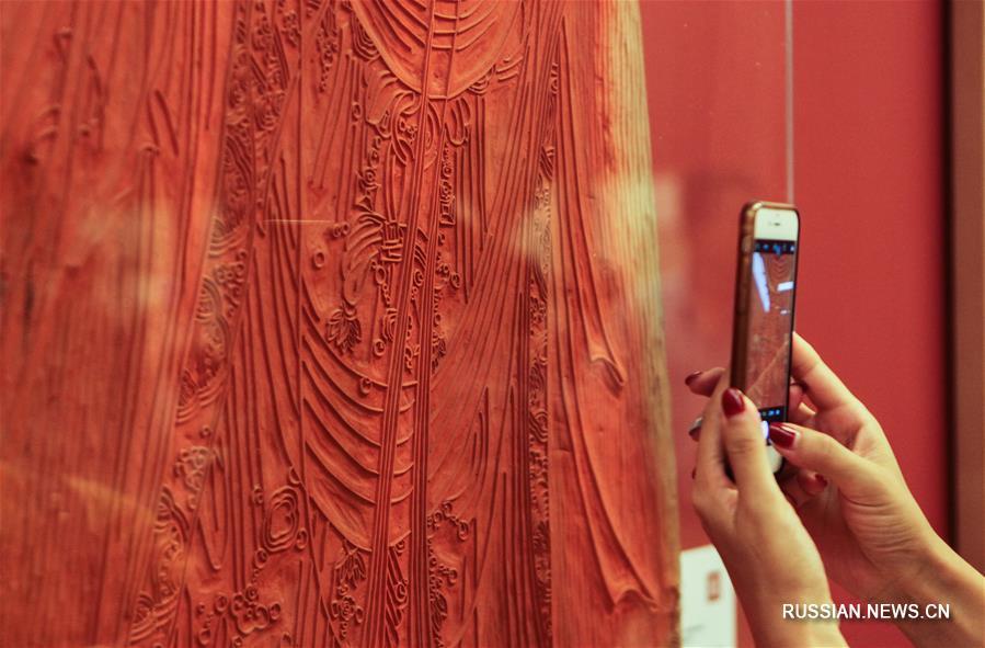 """В Пекине открылась выставка традиционной цветной ксилографии шичжучжай """"Живые реликвии китайского полиграфического искусства"""""""