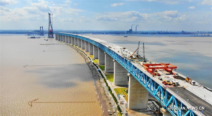 Укладка асфальта на мосту через реку Янцзы в городе Наньтун