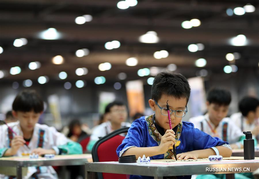 Самый крупномасштабный урок каллиграфии в мире провели в САР Сянган