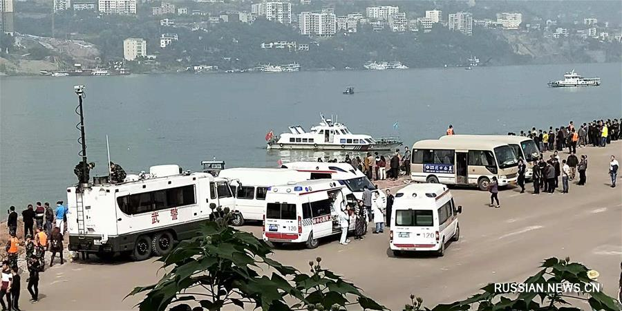 На месте падения автобуса в реку Янцзы идет поисково-спасательная операция