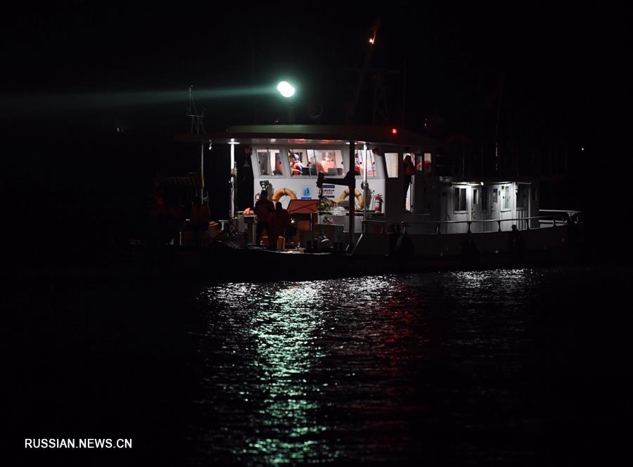 (重庆公交车坠江事故·图文互动)(2)夜幕降临,重庆万州公交客车坠江事故救援工作仍在进行中