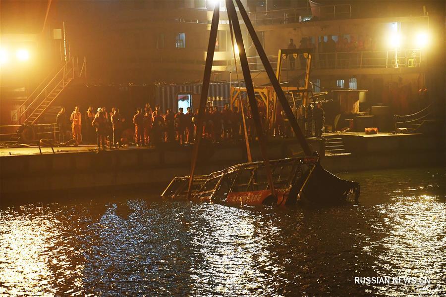Упавший с моста автобус вытащили из реки Янцзы в Чунцине