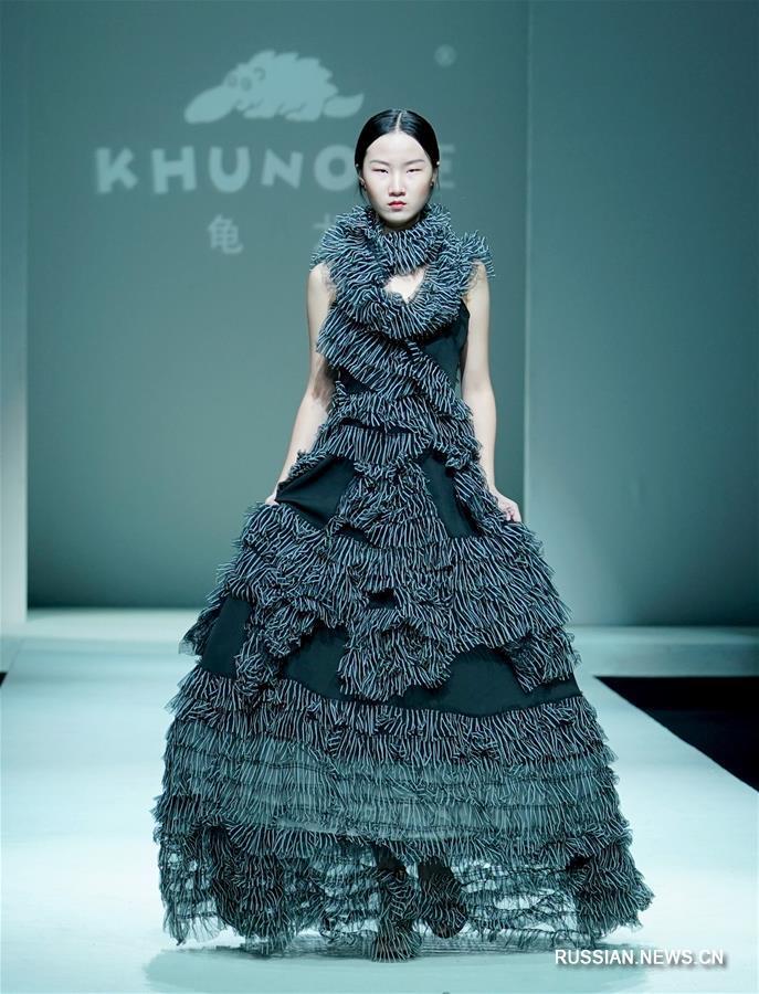 Презентация одежды от дизайнера Чжан Чунвэя в Пекине