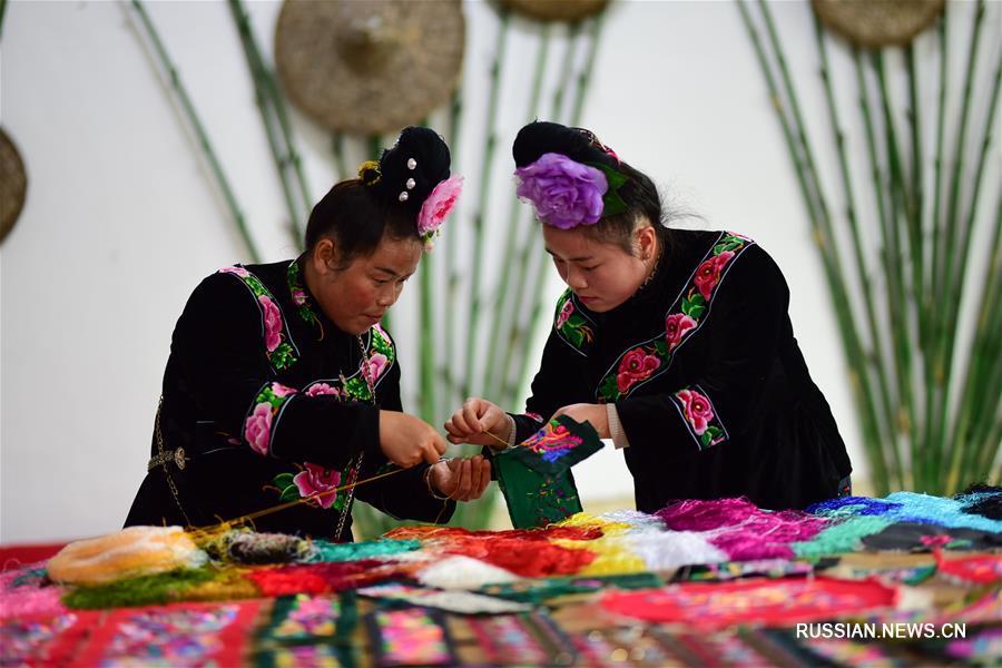 Мастерицы создают изящную вышивку в Цяньдуннань-Мяо-Дунском автономном округе провинции Гуйчжоу