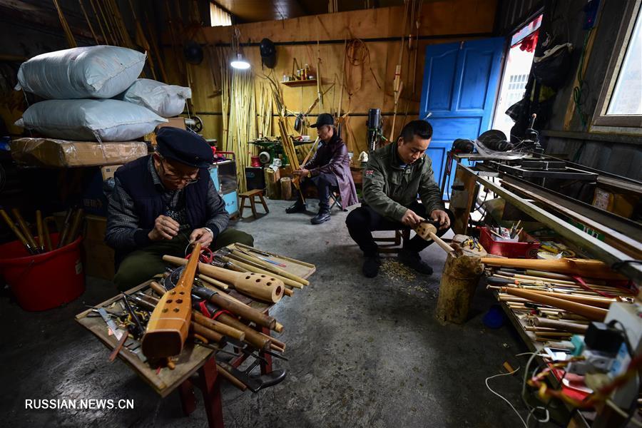 Мастер по созданию лушэнов из провинции Гуйчжоу
