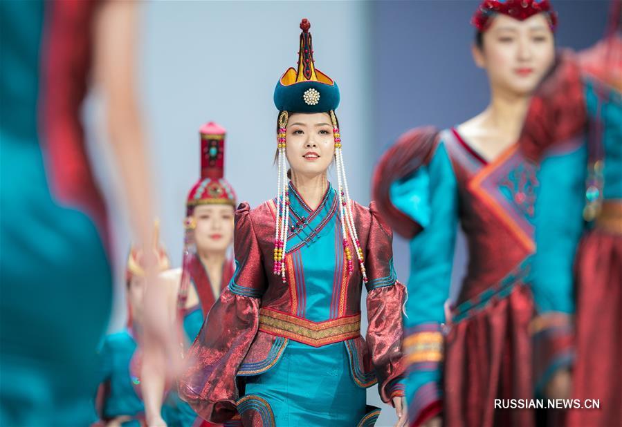 Конкурс современной праздничной одежды на 15-м Художественном фестивале монгольских национальных костюмов