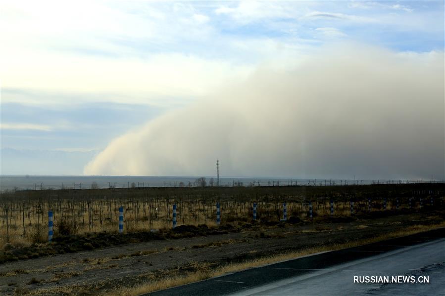 На город Чжанъе провинции Ганьсу надвигается песчано-пыльная буря