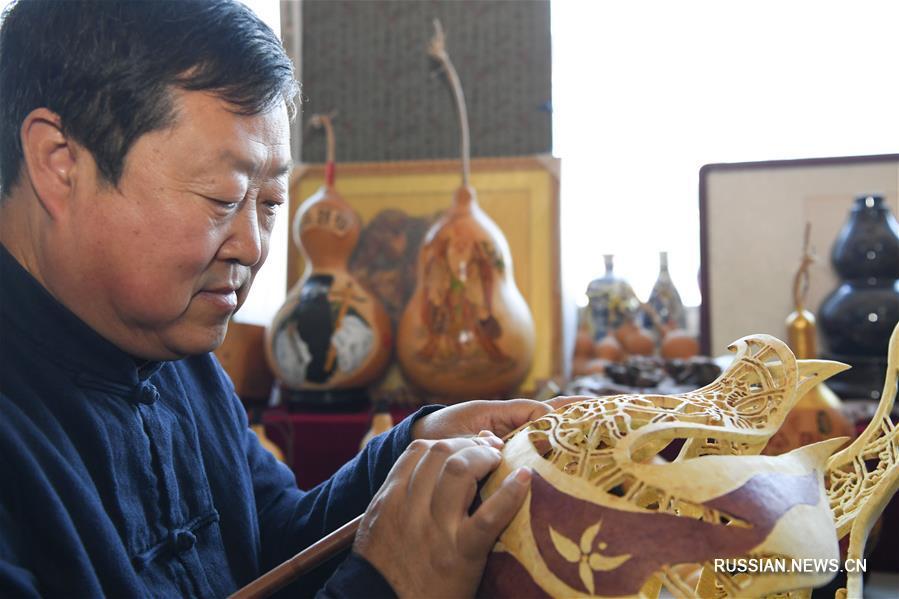 Мастер по созданию изящных изделий из тыквы