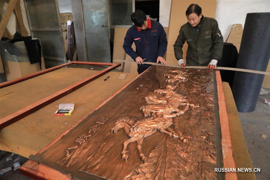 """Мастера провинции Хэбэй создают """"рельефы из красной меди"""""""