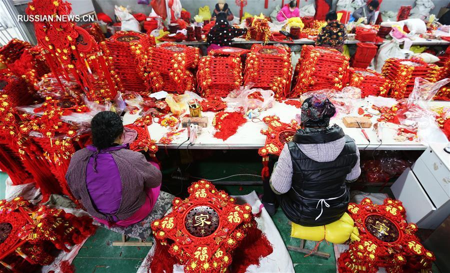 В разных местах Китая изготавливают новогоднюю продукцию