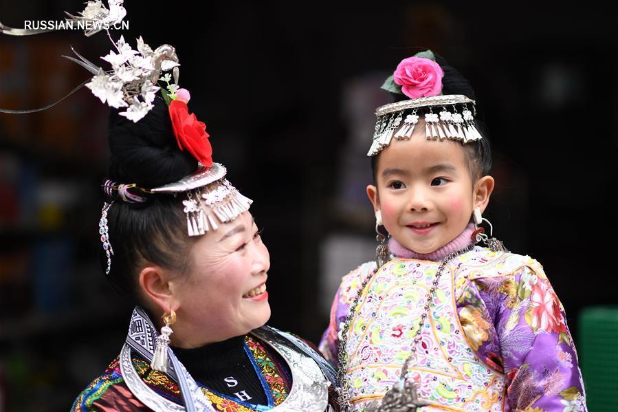 Праздничные наряды дунцев из уезда Жунцзян