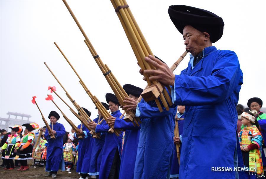 """""""Лунные хороводы"""" водят представители народности мяо из провинции Гуйчжоу"""