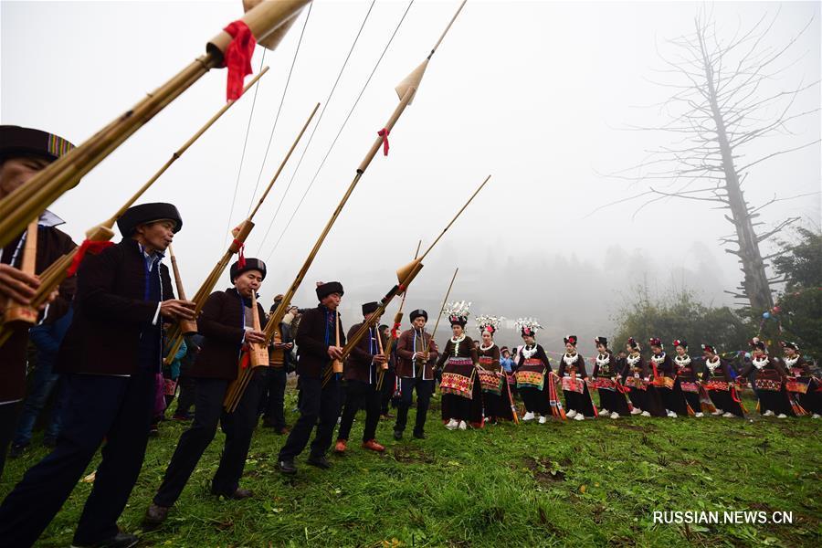 Песни и танцы по случаю праздника Весны в одной из деревень провинции Гуйчжоу