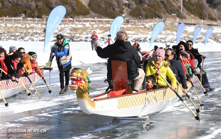 Гонки на лодках-драконах по льду озера Тяньчи в Синьцзяне