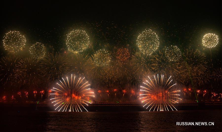 Фантастический праздничный фейерверк в городе Далянь