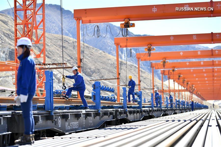 Подготовка рельсов бесстыкового пути на строительстве железной дороги Лхаса -- Ньингчи в Тибетском АР
