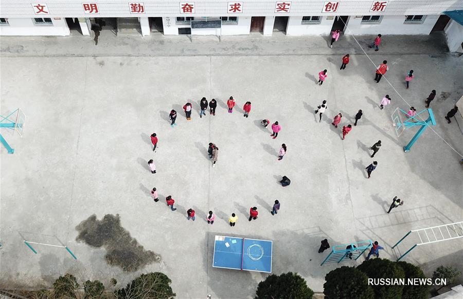 Супружеская чета молодых учителей горной школы в провинции Аньхой
