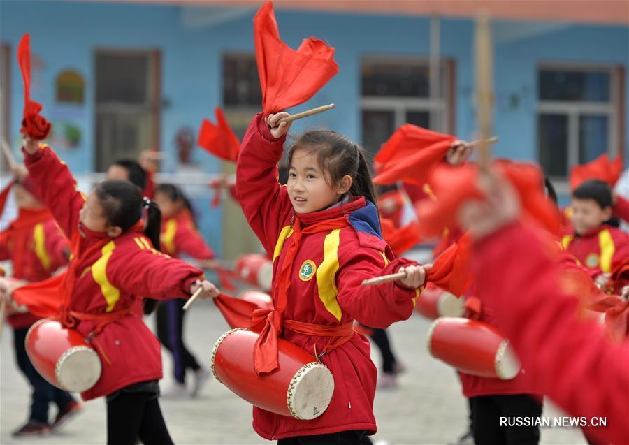 Уроки игры на барабанах яогу в одной из хэбэйских школ