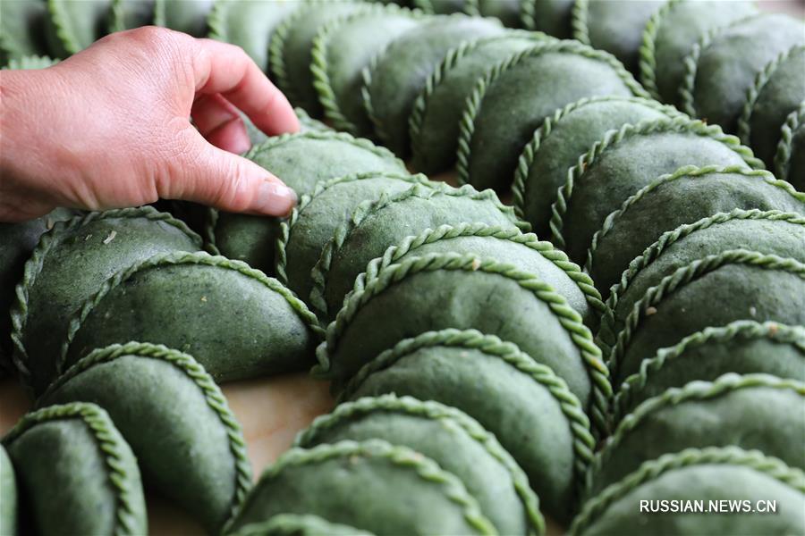 Лепка пампушек цинминго на праздник Цинмин