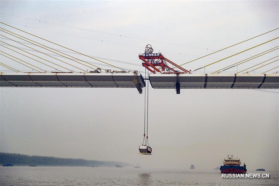 Успешно выполнено смыкание шоссейного моста через реку Янцзы в Чичжоу