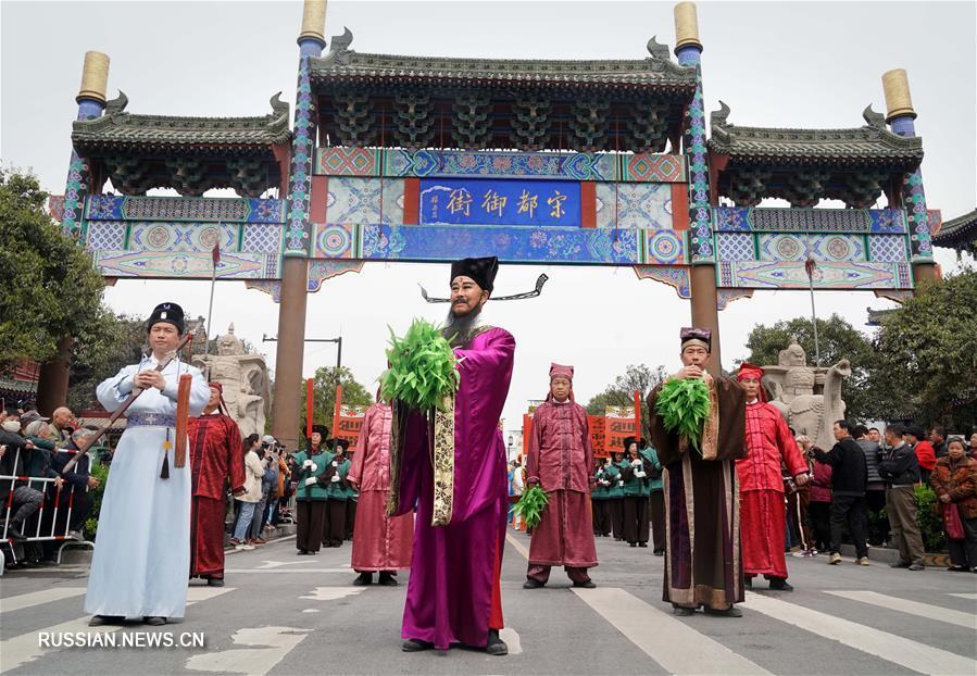 Масштабное костюмированное представление в древнем городе Кайфэн