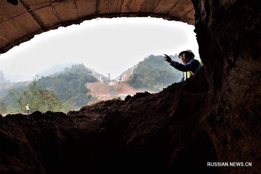 На строящейся железной дороге Китай -- Лаос завершена проходка сразу друх тоннелей