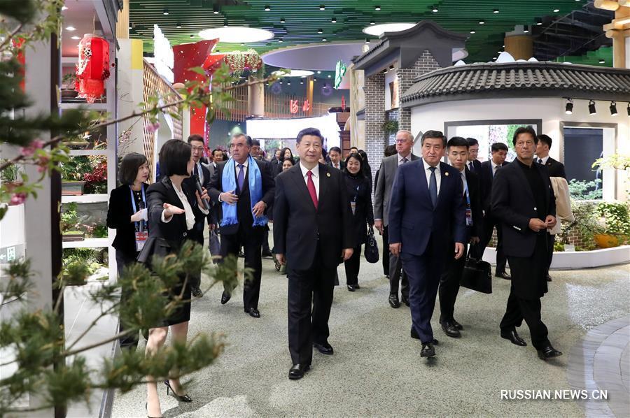 Си Цзиньпин и Пэн Лиюань вместе с иностранными лидерами посетили Пекинскую всемирную выставку садоводства 2019