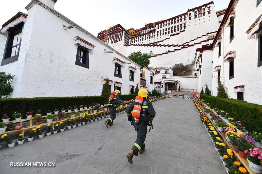 Пожарно-спасательный отряд Лхасы проводит противопожарные учения во дворце Потала