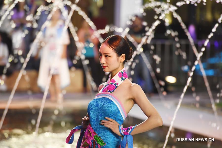 Показ национальной одежды в городе Куньмин пров. Юньнань