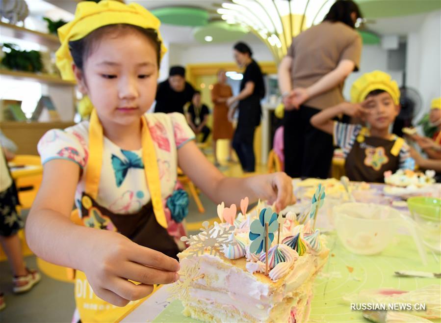 В провинции Шаньдун маленькие кулинары приготовили торты для своих родных