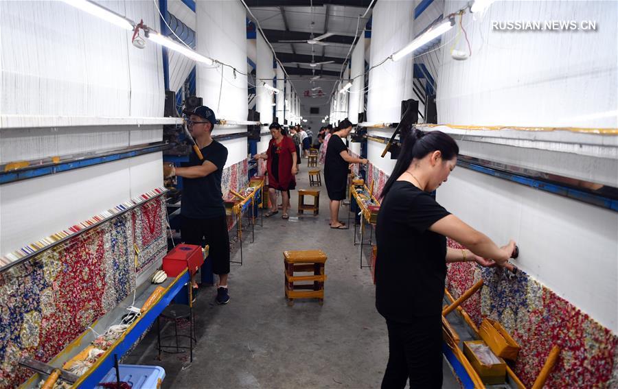 Изготовление шелковых ковров в провинции Хэнань