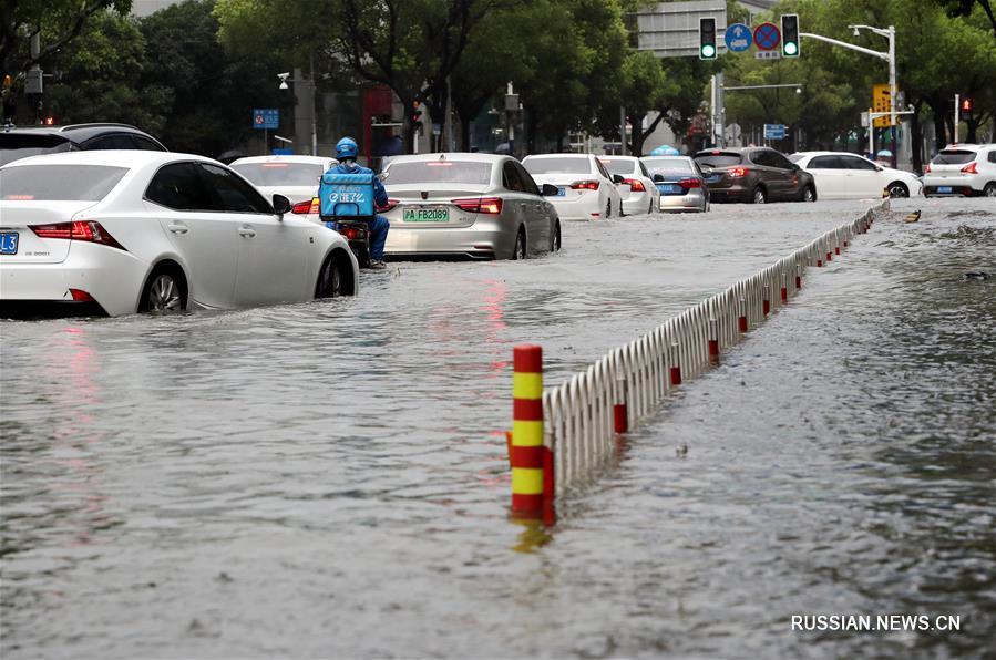 """В Шанхае выпущено """"оранжевое"""" предупреждение в связи с сильными ливнями, обрушившимися из-за тайфуна """"Лекима"""""""
