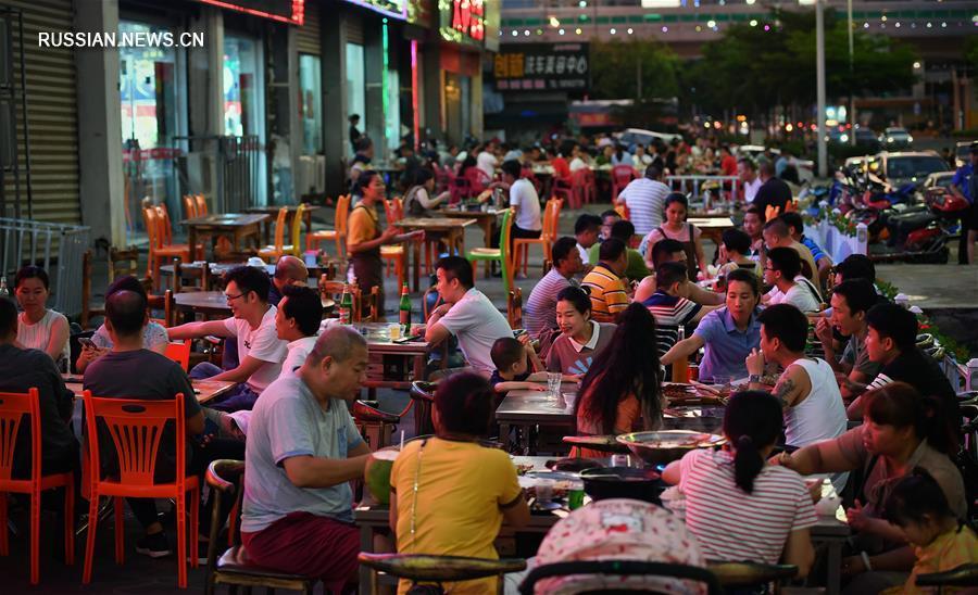 В г. Хайкоу разрешается торговля с лотков за пределами уличных помещений для стимулирования жизнеспособности рынка