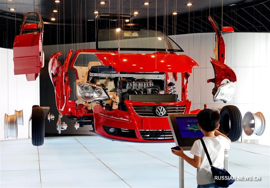 Шанхайский автомобильный музей посетило большое число людей